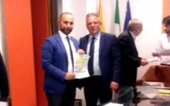 L'assessore all'Ambiente di Siculiana, Enzo Zambito, ritira il premio di Legambiente