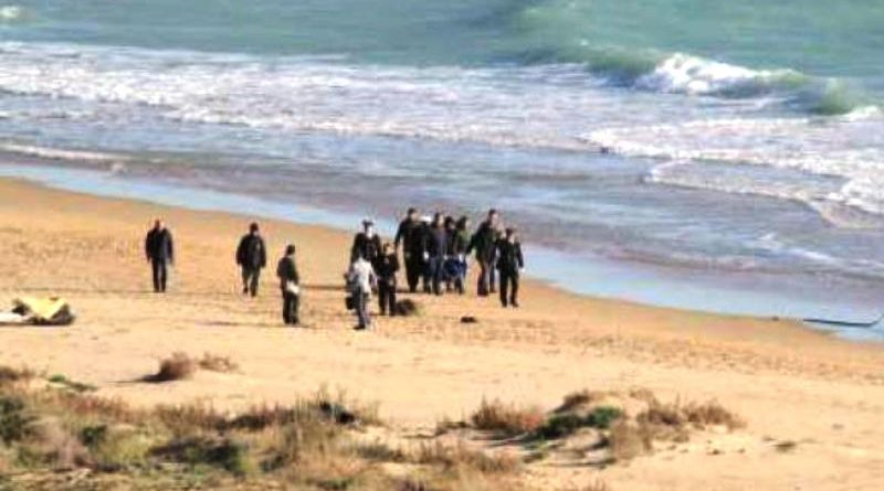 Migranti: sbarco a Torre Salsa, cadavere in spiaggia