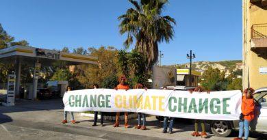"""Agrigento, flash mob di Legambiente """"contro le bugie e i mancati investimenti sulle rinnovabili di Eni"""""""